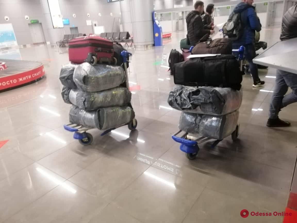 Reebok, Balenciaga, Diesel: в одесском аэропорту обнаружили крупную партию контрафактной одежды и обуви (фото)