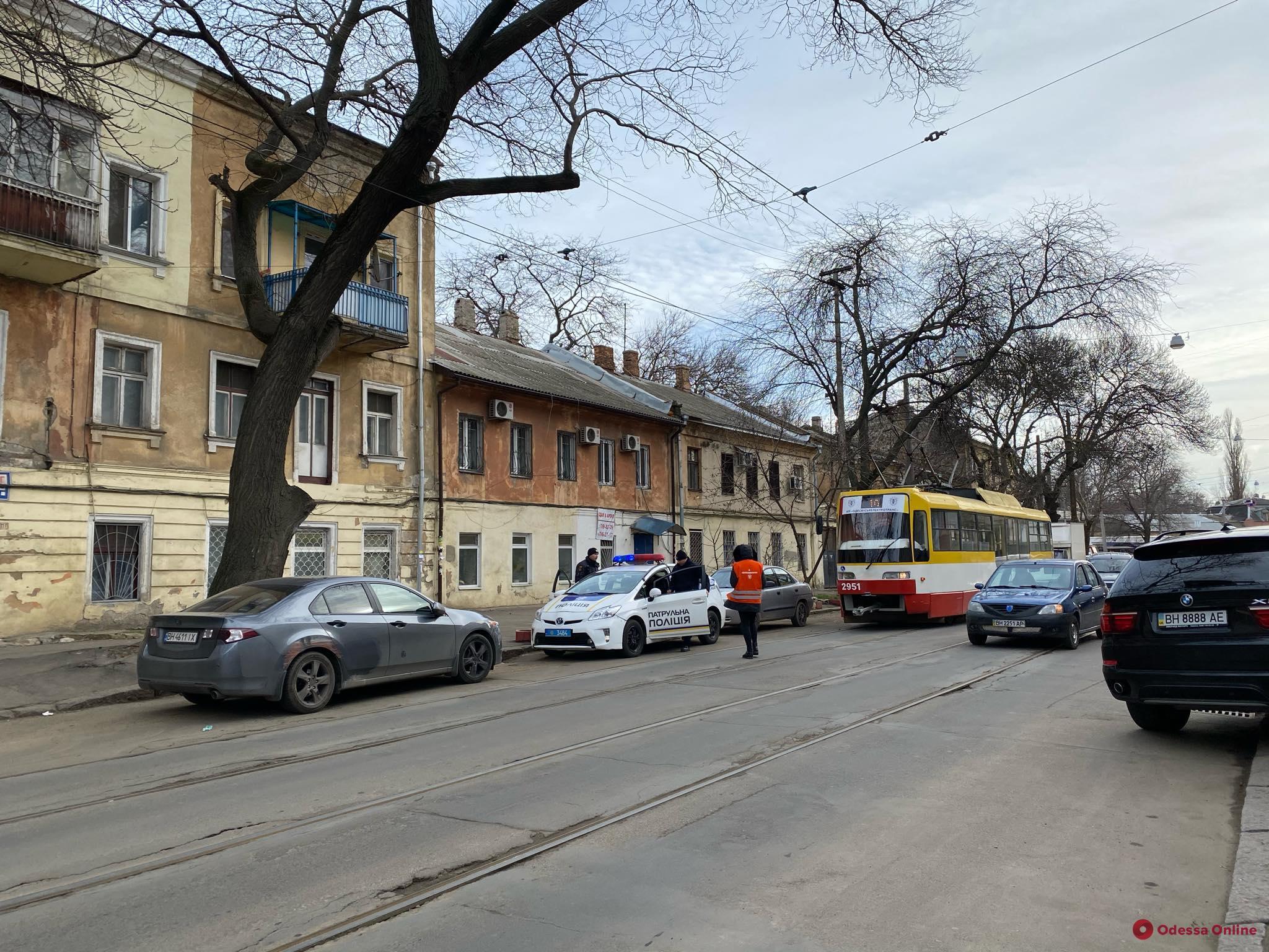 Карма: в Одессе трамвай зацепил машину автохама (фото)