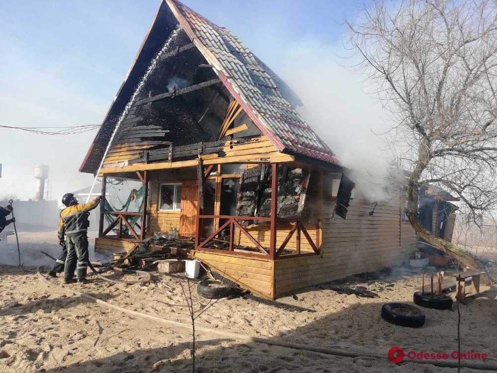 В Затоке тушили пожар на базе отдыха