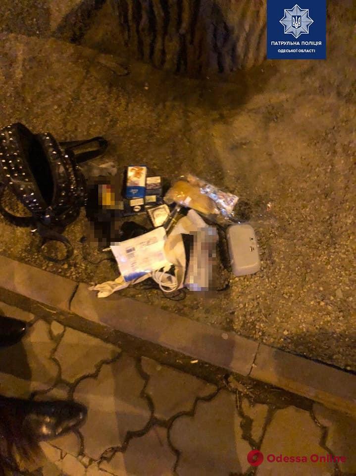 Ударил по голове и забрал рюкзак: одесские патрульные задержали грабителя