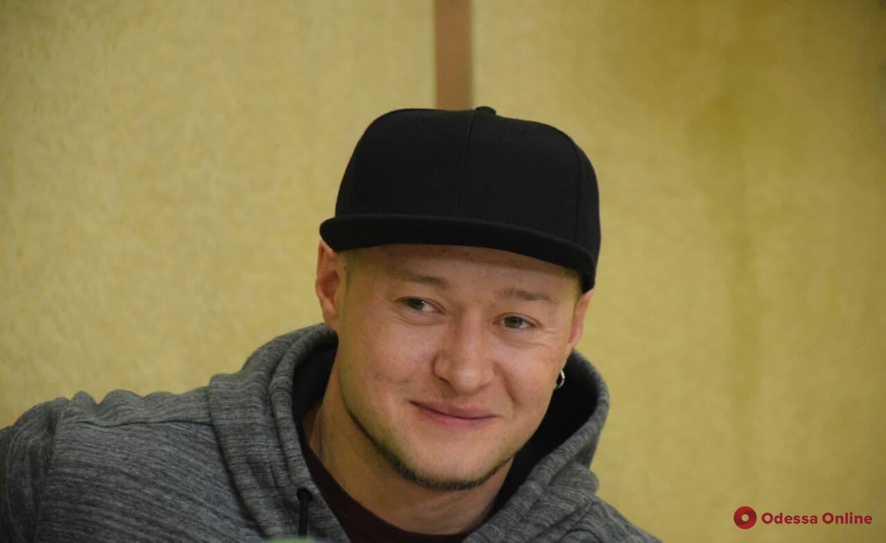 О новом альбоме, творческих идеях и расследовании убийства журналиста: солист группы «Бумбокс» дал пресс-конференцию в Одессе