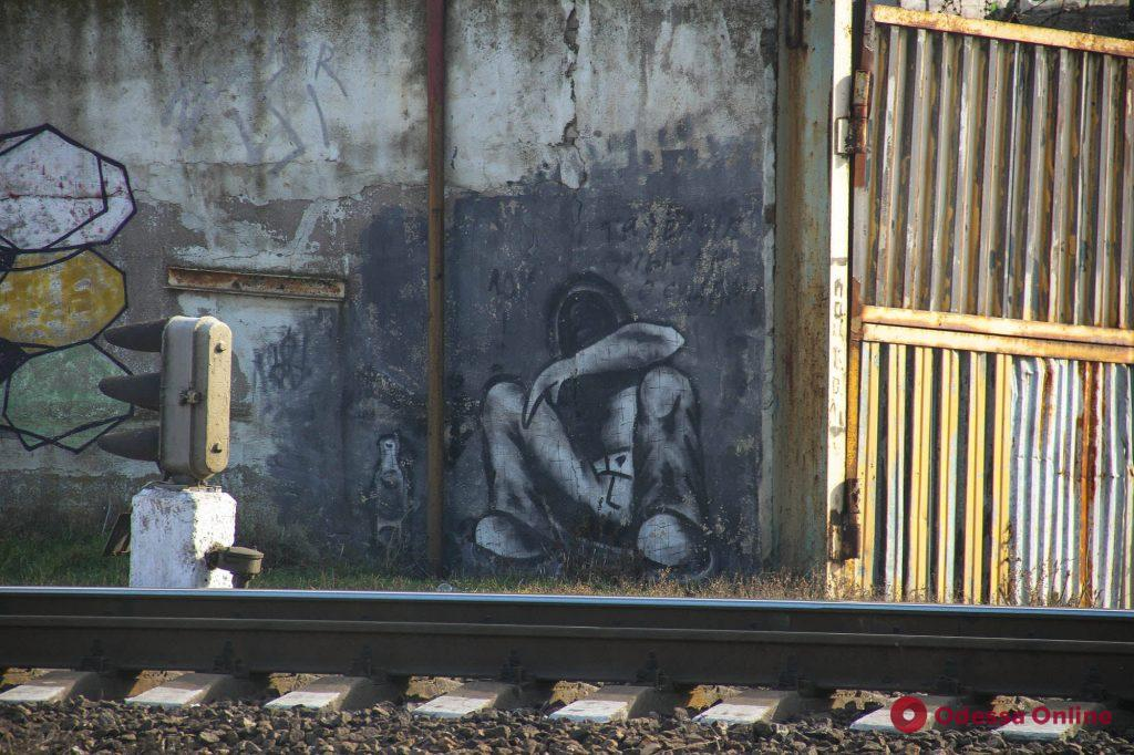Яркие краски на тусклых стенах вдоль железнодорожных путей 7-й Пересыпской (фоторепортаж)