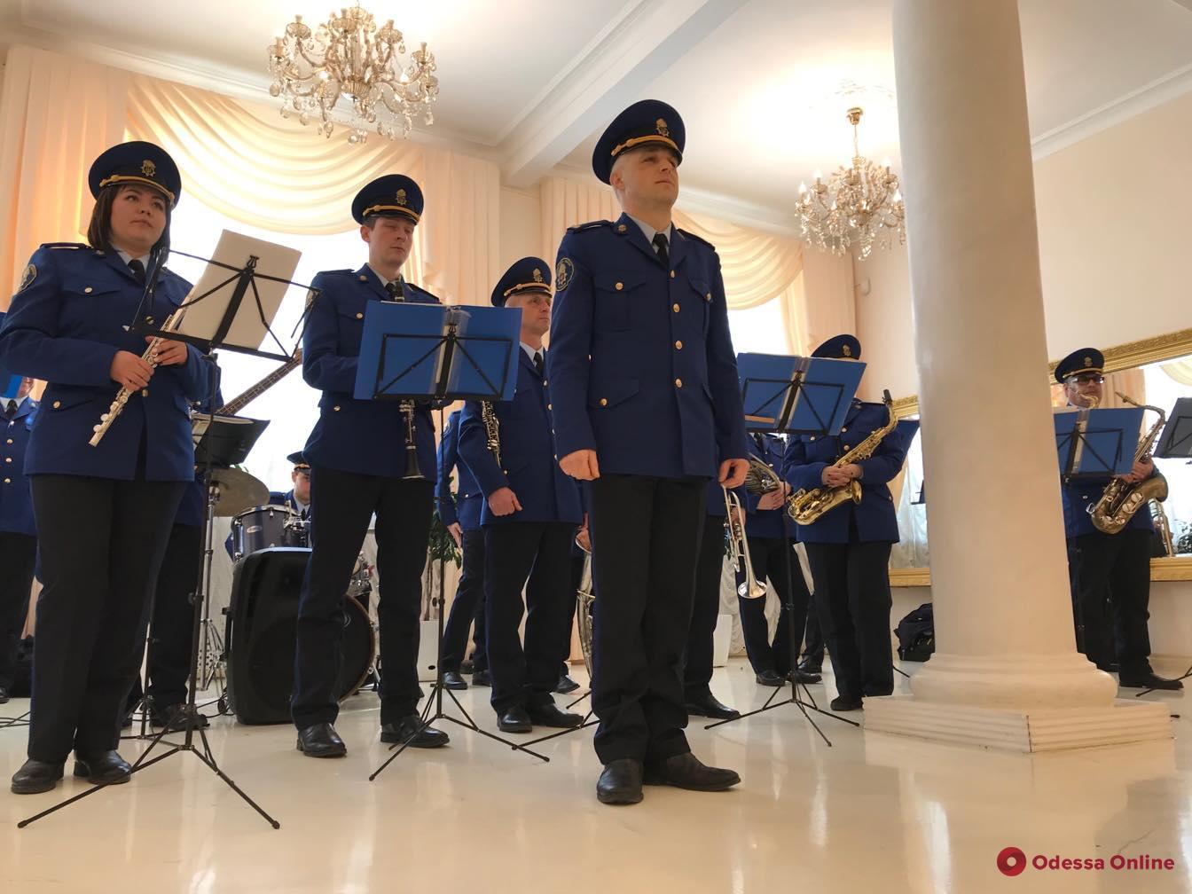 Нацгвардейцы поздравили одесских молодоженов с Днем влюбленных праздничным концертом (фото, видео)