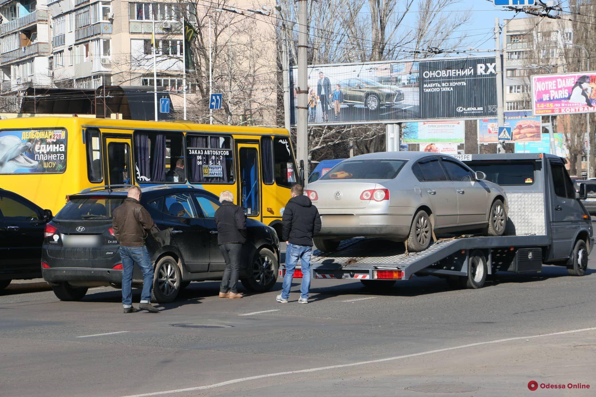 На площади Толбухина кроссовер «догнал» эвакуатор