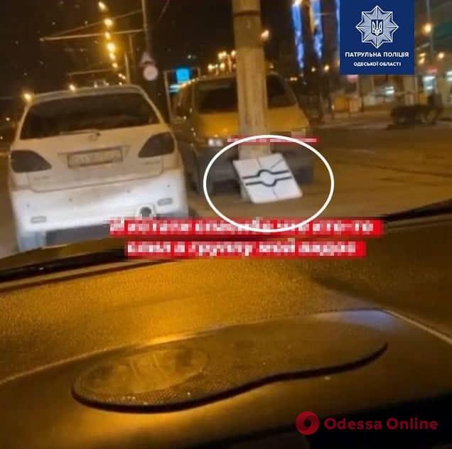 На площади 10 Апреля девушка украла дорожный знак и похвасталась этим в сети (видео)