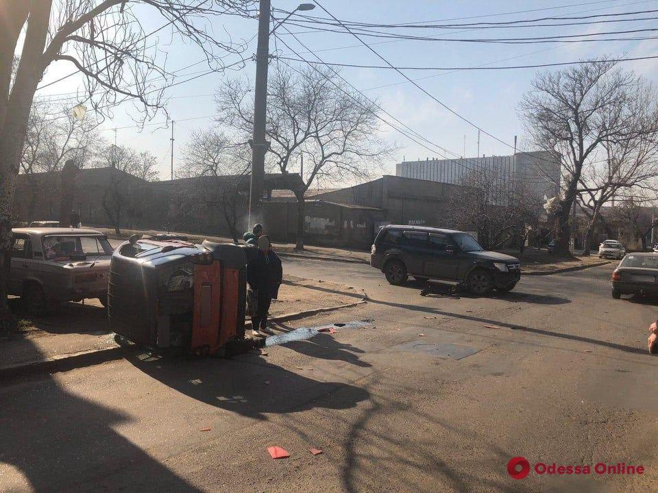 В Одессе опрокинулся Smart — пострадали водитель и пассажир