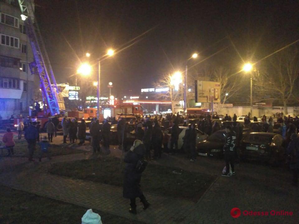 В многоэтажке на Таирова горит щитовая — людей эвакуировали (фото, видео, обновлено)