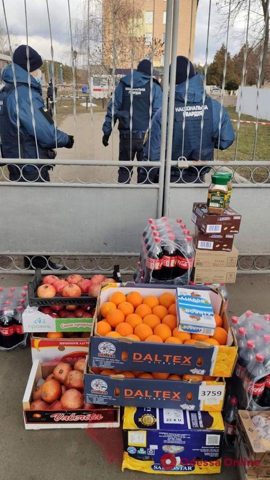 Переселенцы с Донбасса привезли продукты эвакуированным из Уханя (фото)