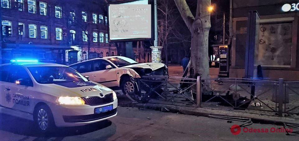 В центре Одессы автомобиль снес светофор