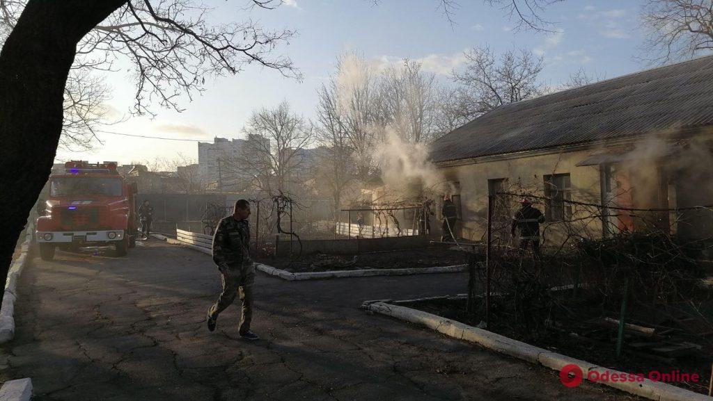 В Черноморске тушили пожар в жилом бараке