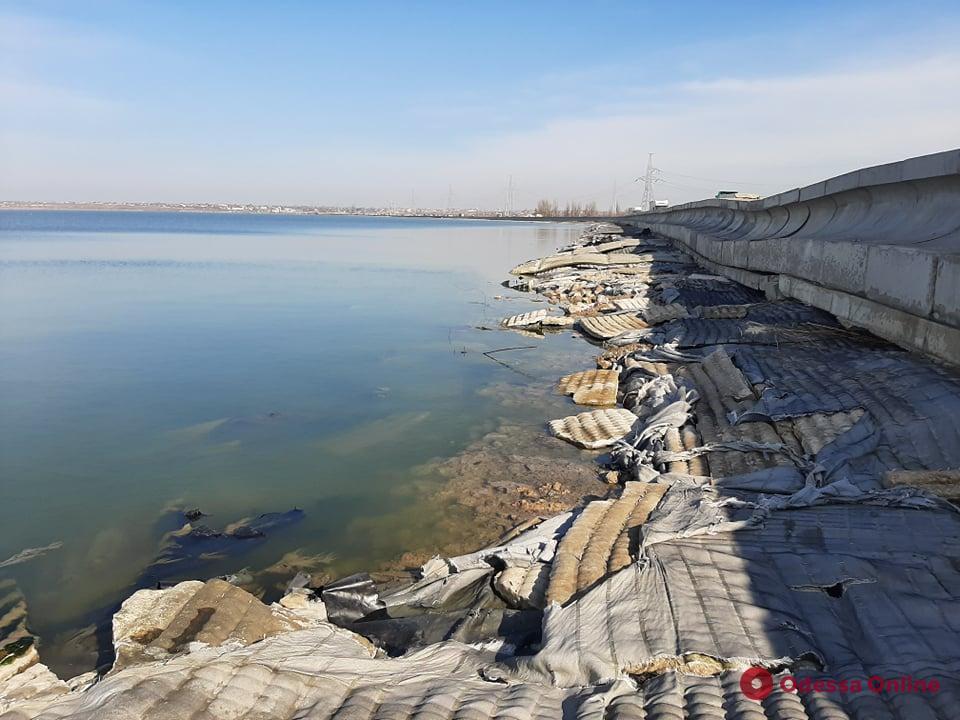 Дамба Хаджибейского лимана находится под угрозой прорыва (фото)