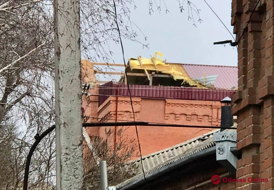 В Одесской области ураганный ветер сорвал крыши дома культуры и здания РЭСа (фото, видео)