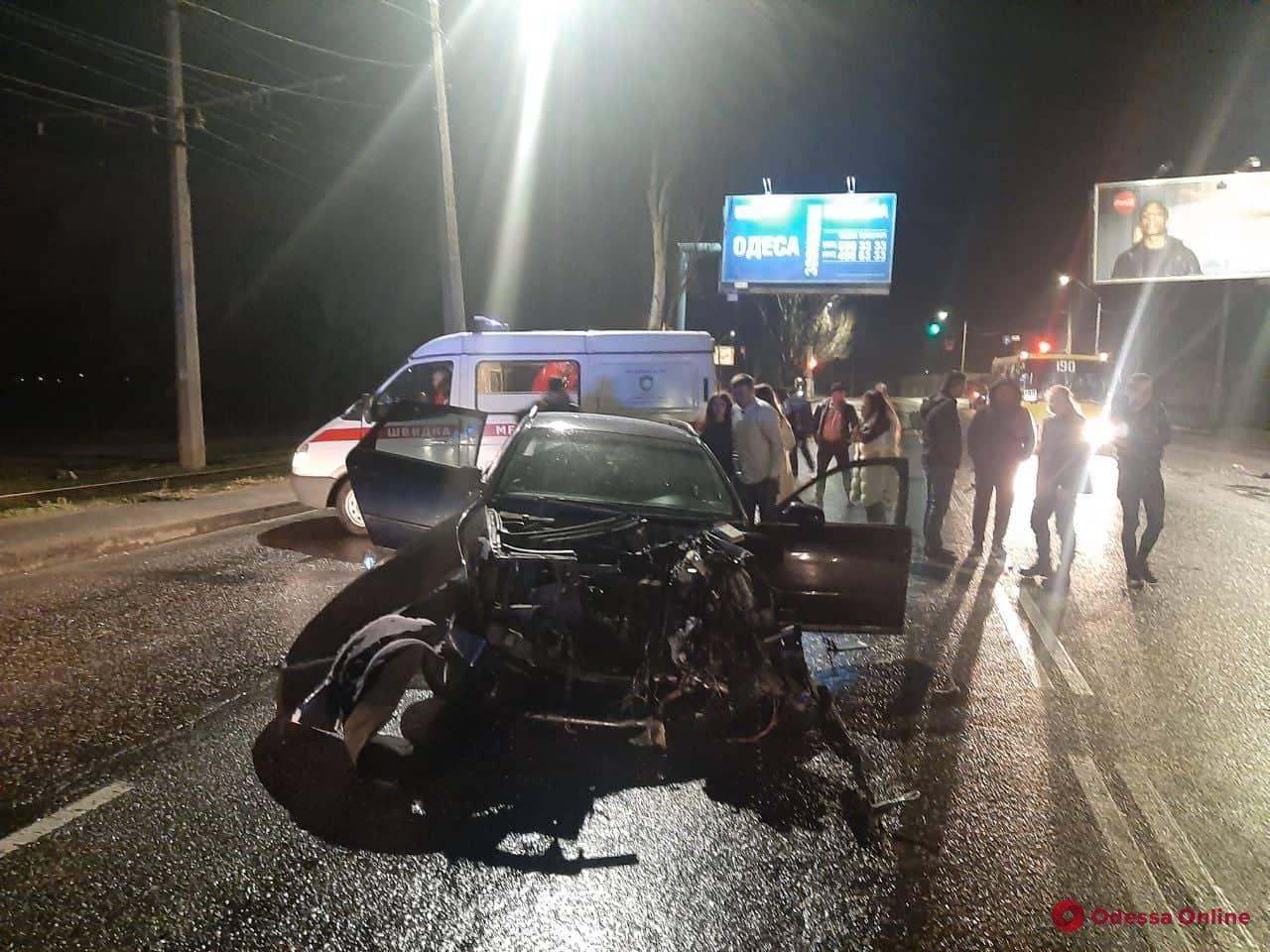 На Николаевской дороге Audi врезался в столб — есть пострадавшие