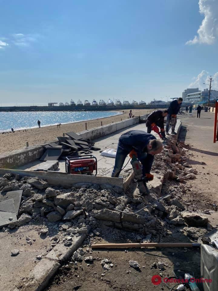 На пляже в Черноморке демонтируют незаконную стройку (фото)