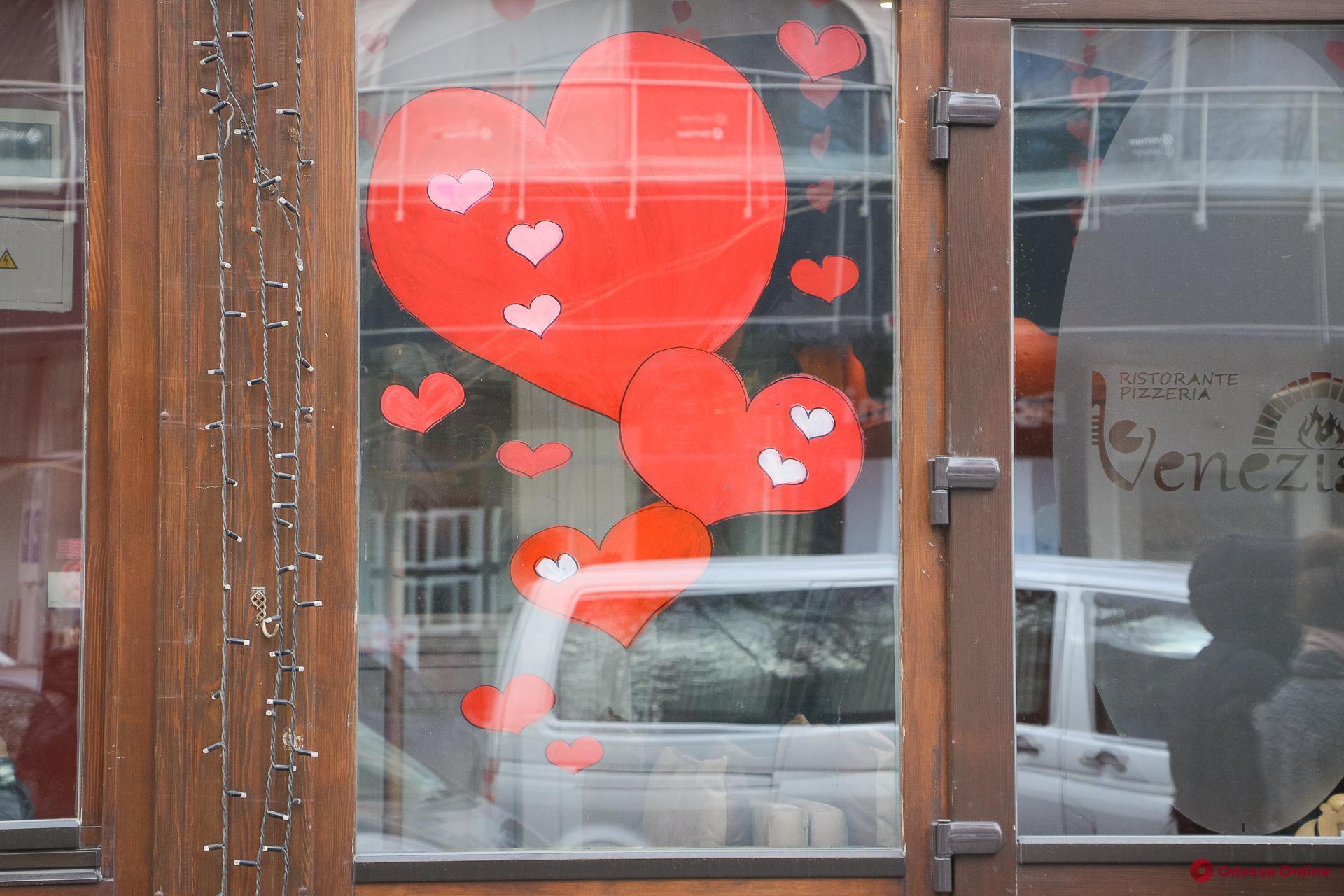 Одесские витрины преобразились ко Дню святого Валентина (фоторепортаж)