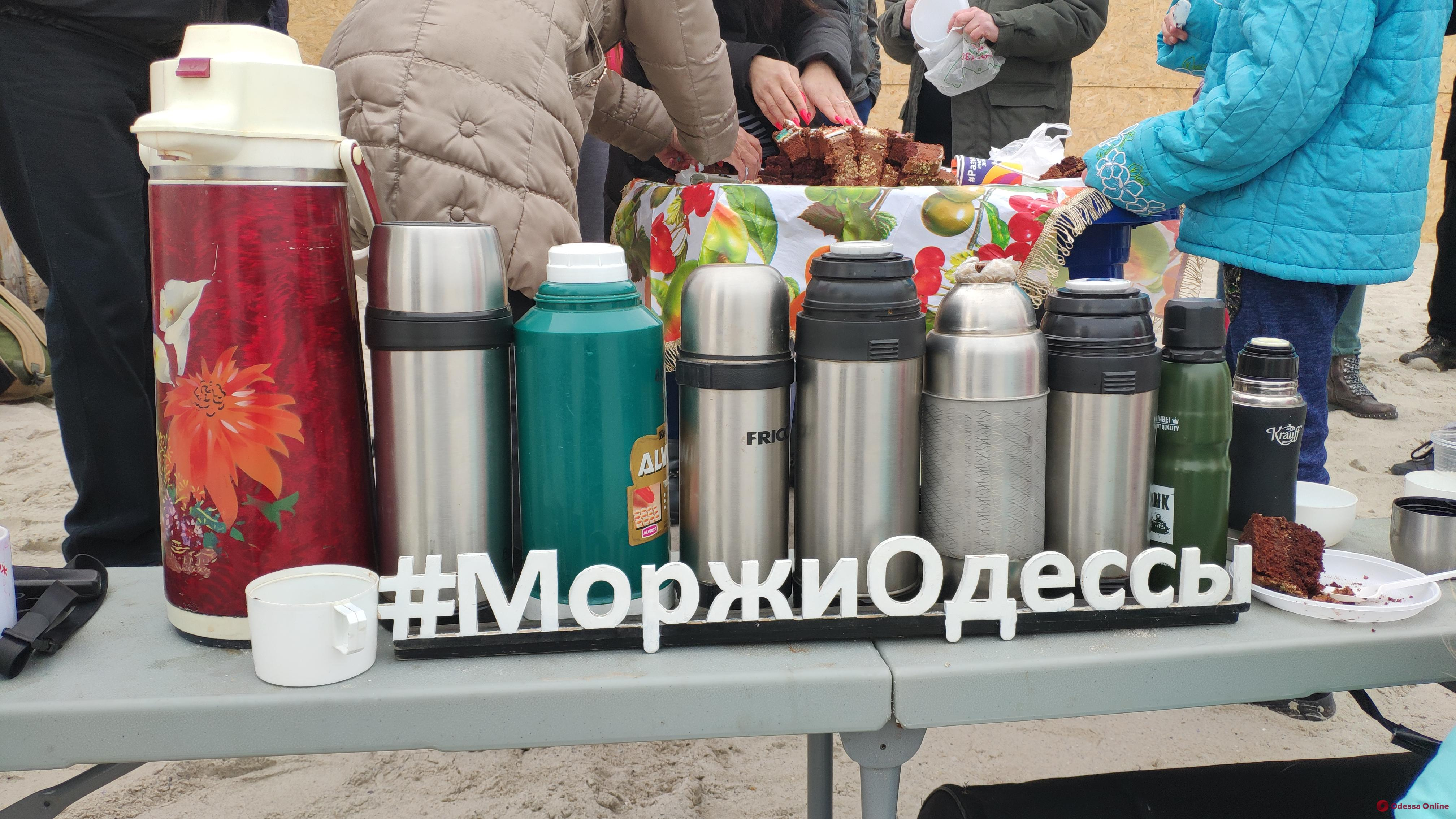 Одесские «моржи» устроили заплыв в тельняшках