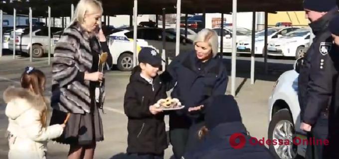 Юный одессит трогательно поздравил патрульных с Днем святого Валентина (видео)