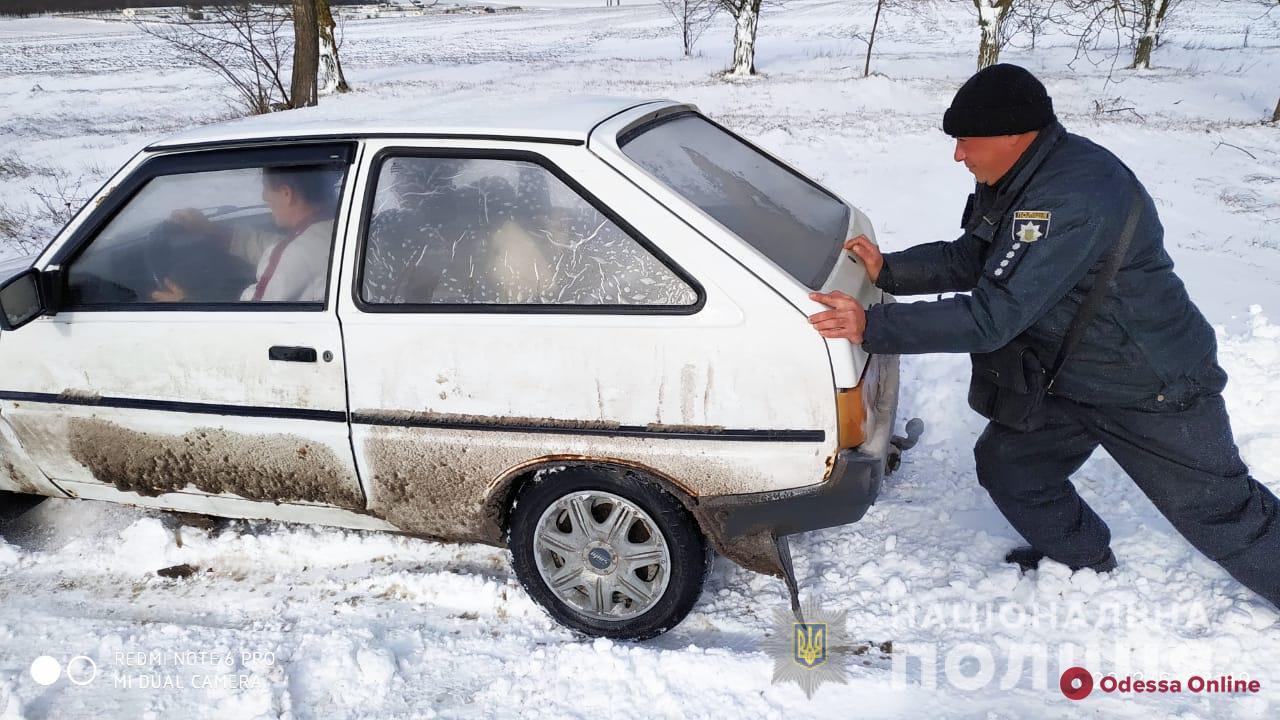 В Одесской области вызволили из снежного плена около семидесяти машин