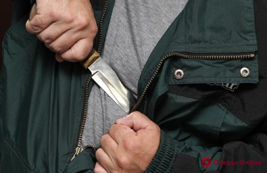 На Среднефонтанской неадекват с ножом и пистолетом напал на мужчину