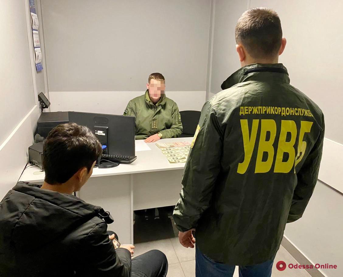 В Одесском аэропорту украинец предлагал пограничникам взятку за пропуск знакомых