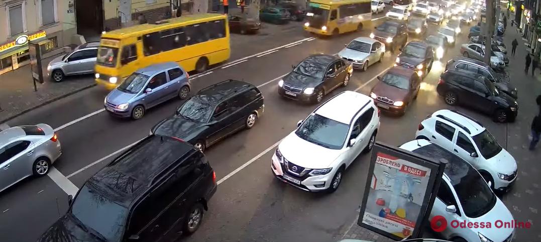 И пусть весь мир подождет: как автохам припарковался «по-царски» на Ришельевской (видео)