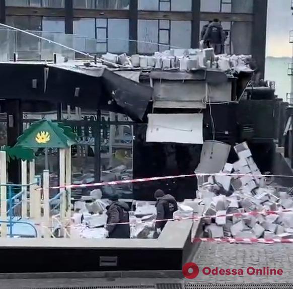 На Ланжероне обрушилась стена пристройки к отелю (видео)