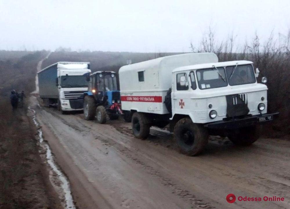 Последствия непогоды в Одесской области: застрявшие в грязи машины и упавшие деревья