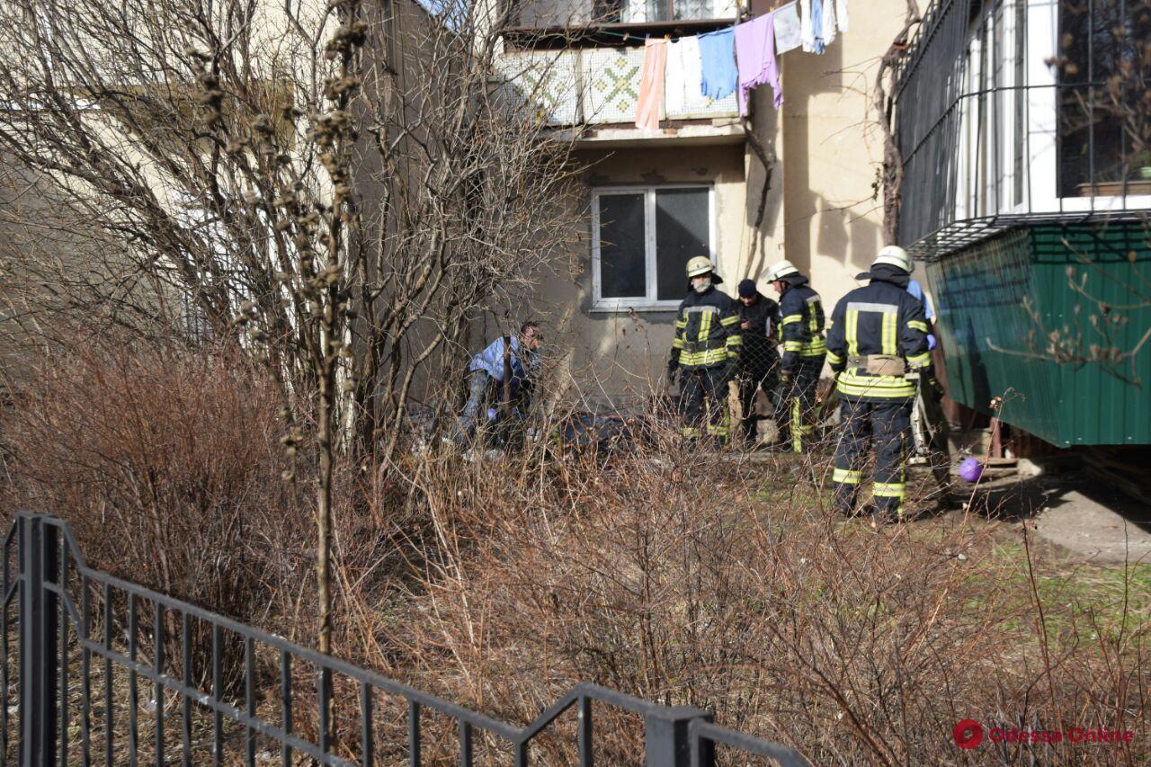 На Таирова из окна многоэтажки выпала женщина (обновлено)