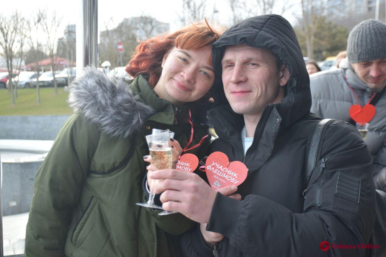 Гигантское сердце из поцелуев: на Ланжероне провели праздничный флешмоб (фото)