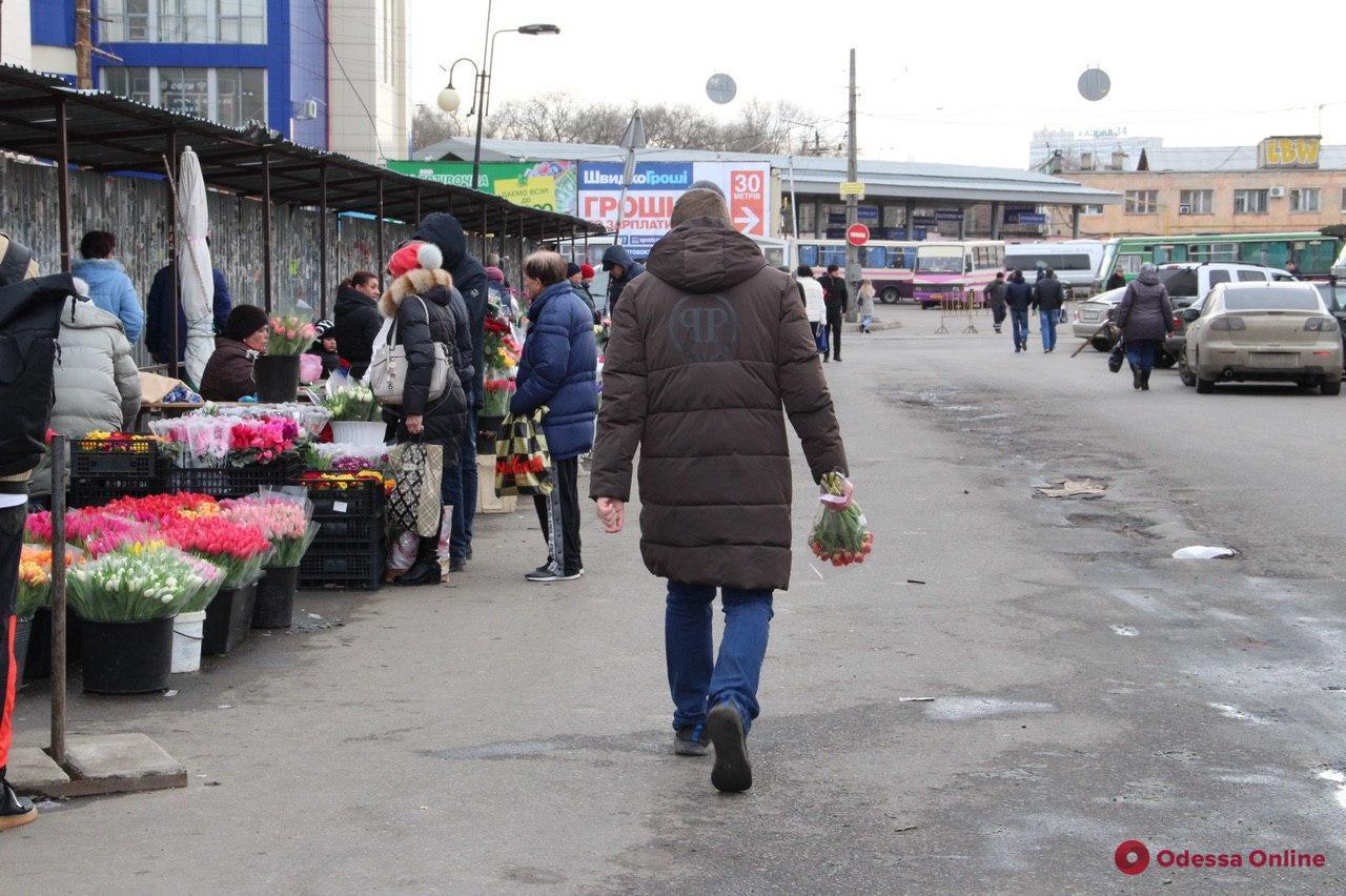 Одесситы от мала до велика несут цветы любимым (фоторепортаж)