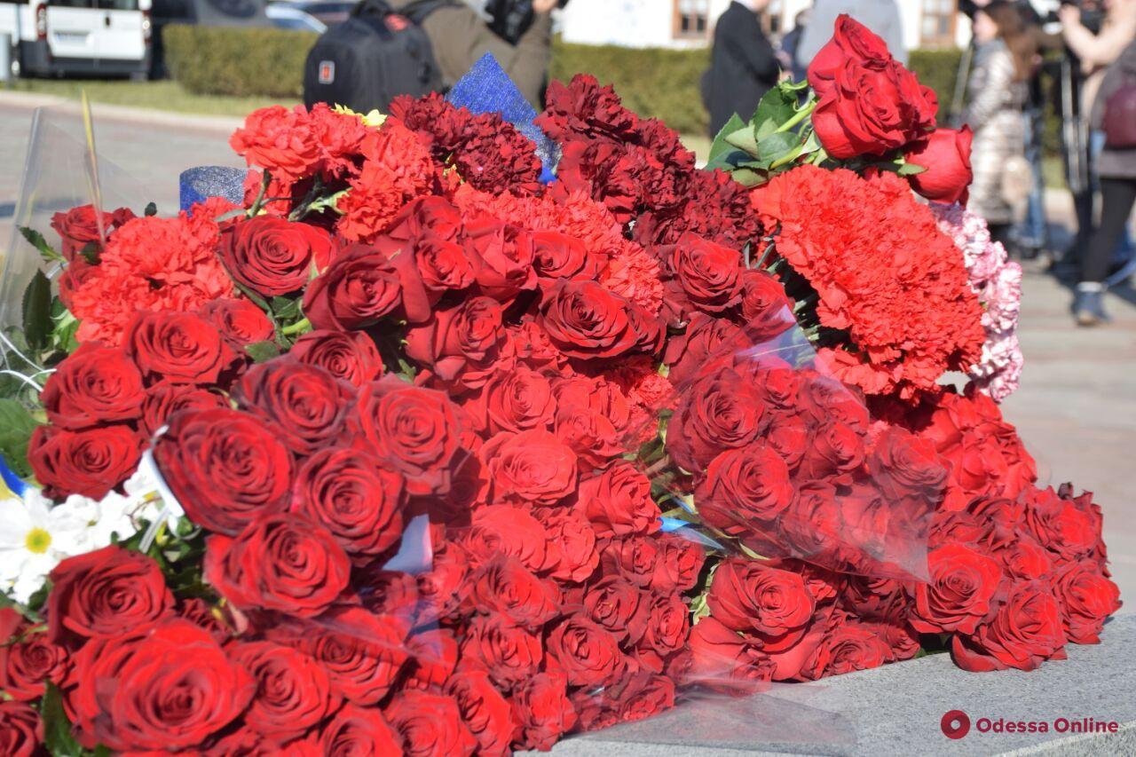 Одесситы возложили цветы в память о героях Небесной Сотни (фото)