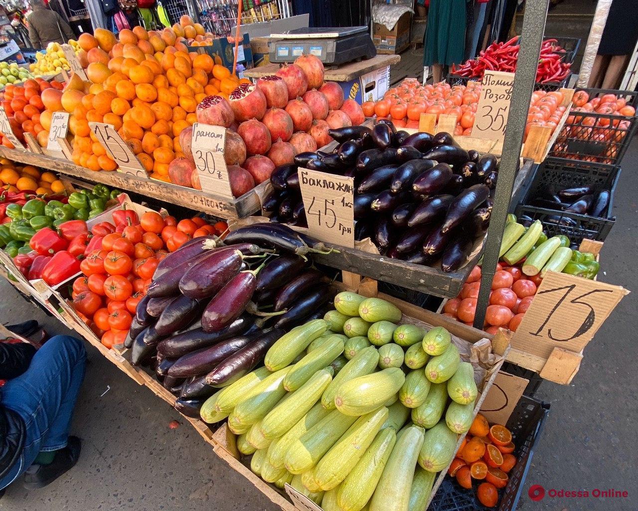 Баклажаны, помидоры и айва: актуальные цены на одесском «Привозе»