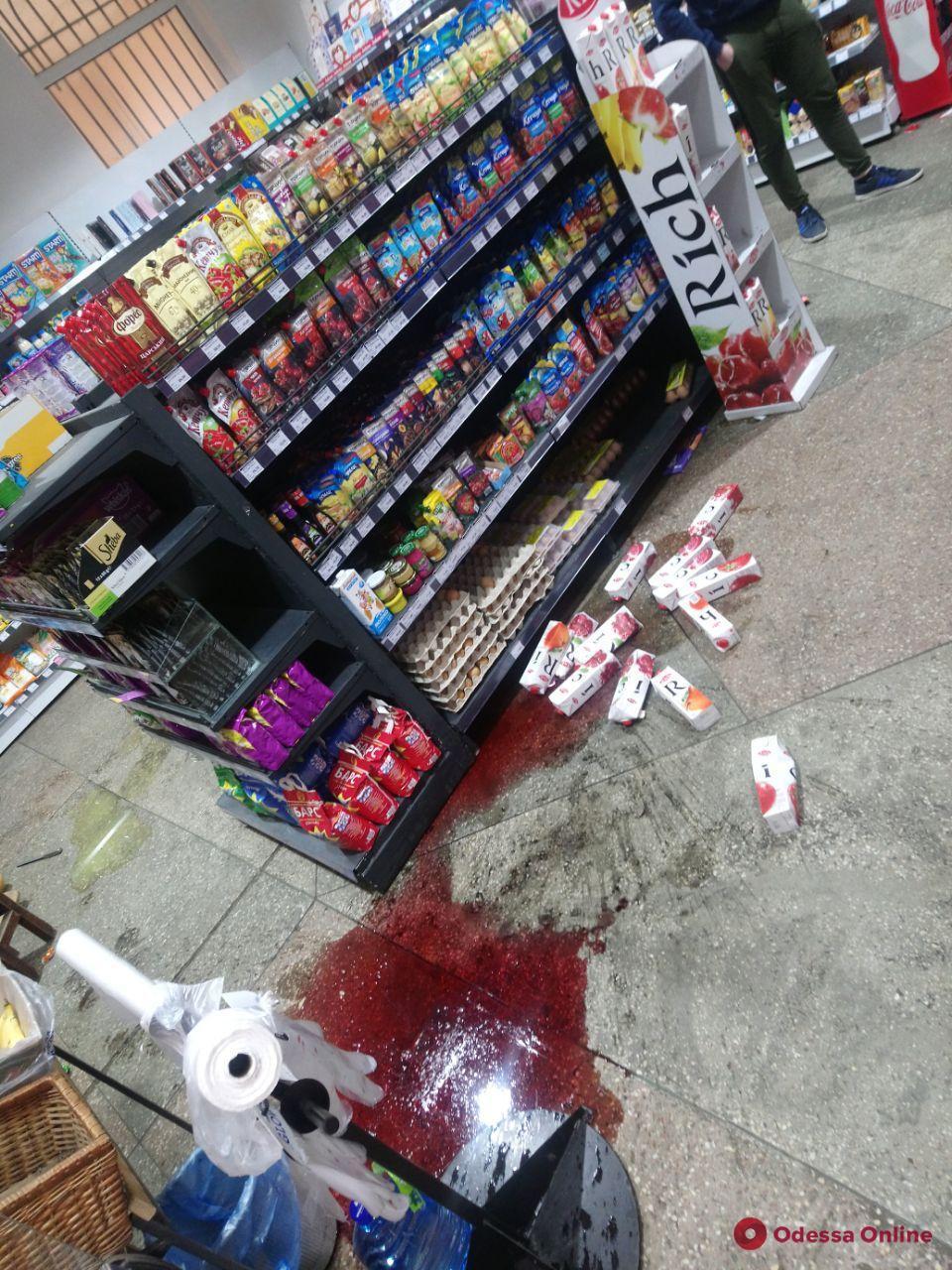 В магазине на Черемушках неадекватная девушка устроила погром (фото)