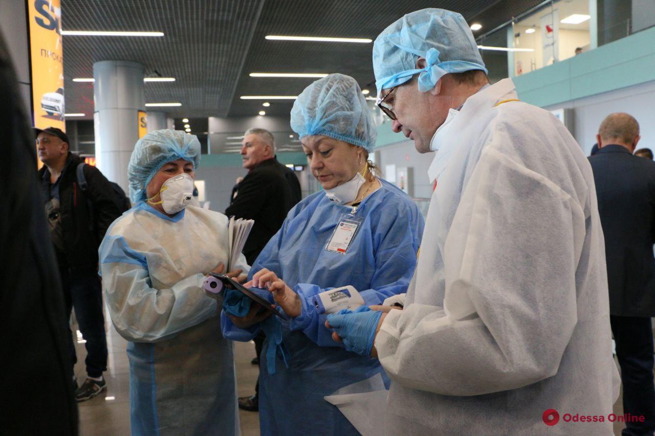В одесском аэропорту всех прибывших пассажиров проверяют на коронавирус (фото)