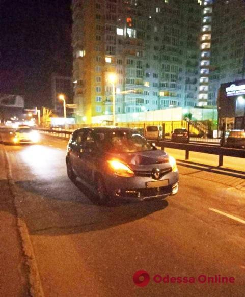 На Среднефонтанской Renault сбил пешехода