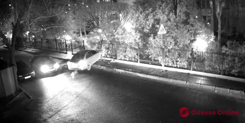 В Аркадии легковушка протаранила забор (видео)