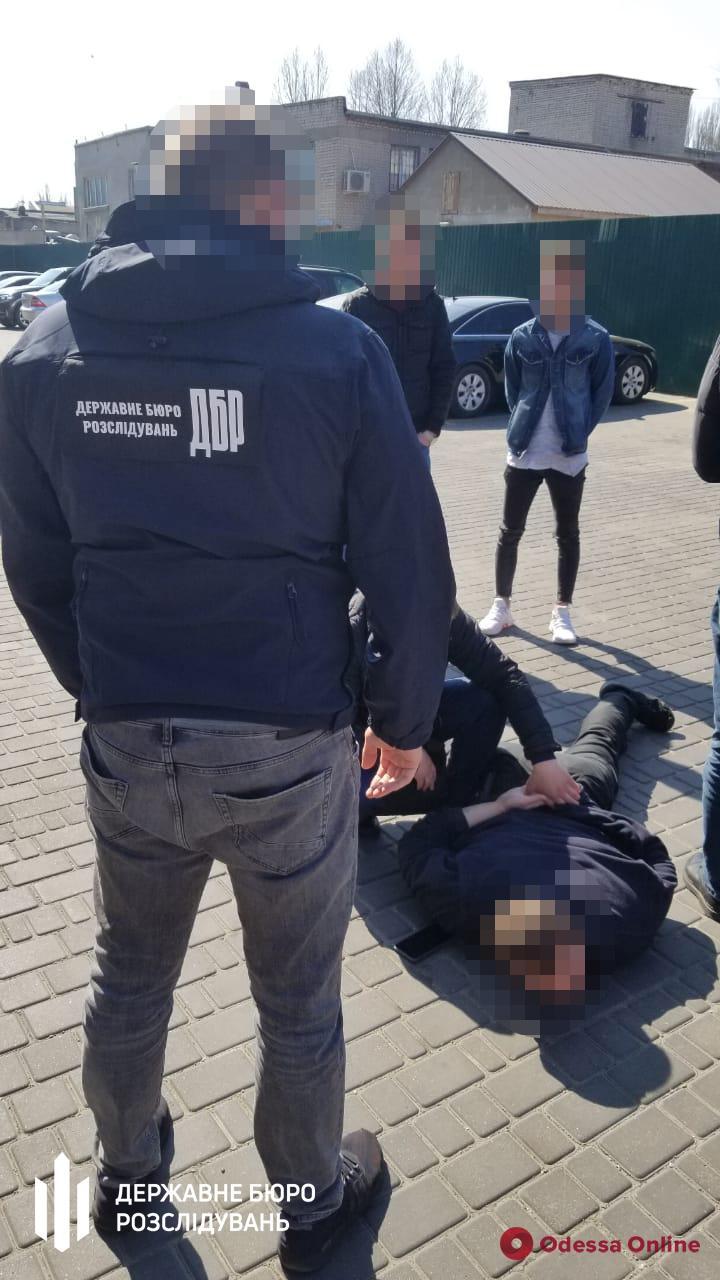 Требовал деньги у предпринимателя: в Одессе на взятке поймали полицейского