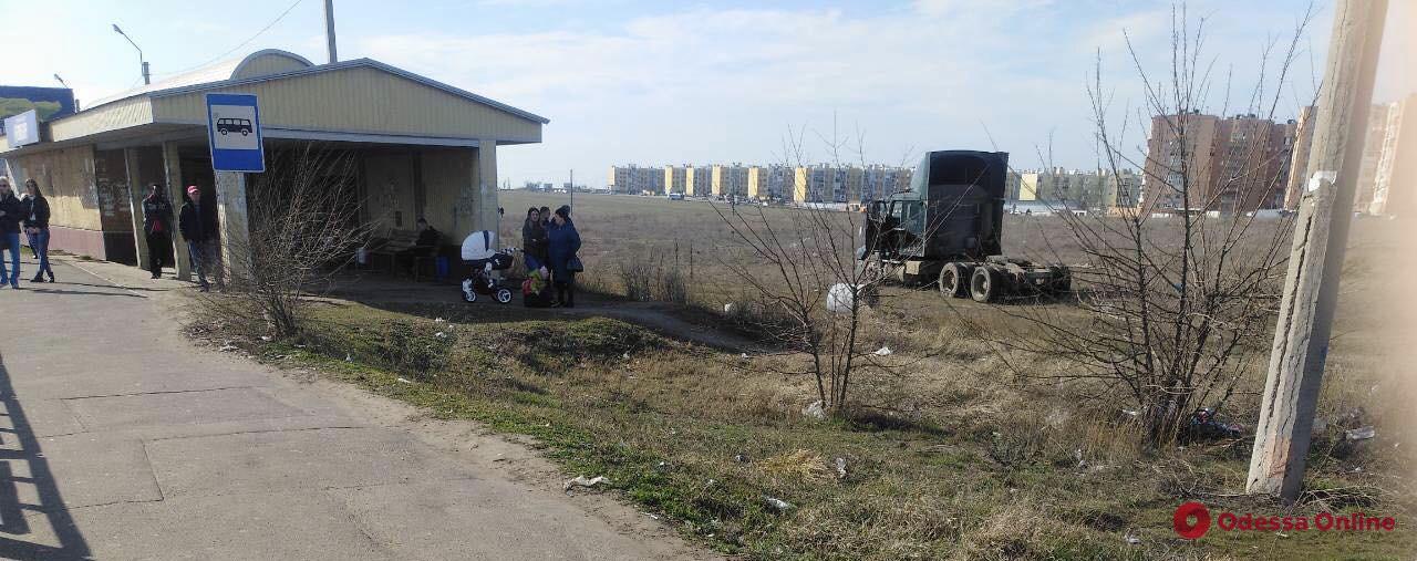 Под Одессой фура на скорости съехала с трассы и потеряла прицеп (видео)