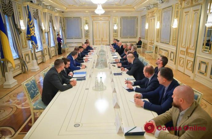 Президент в борьбе с коронавирусом обратился за помощью к олигархам: какой будет цена этого решения? – мнение политолога