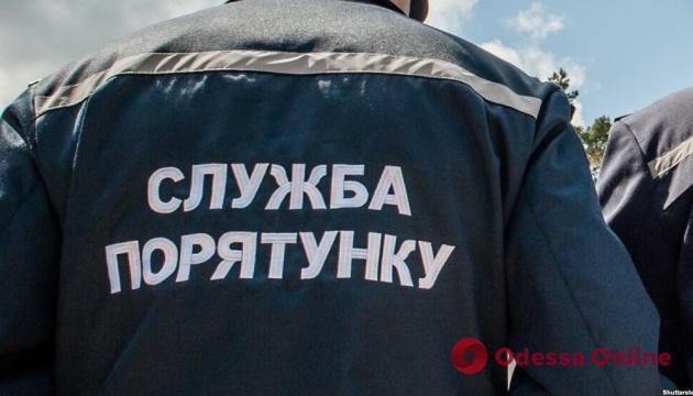 В Черноморске спасатели снимали с балкона голого мужчину (видео)