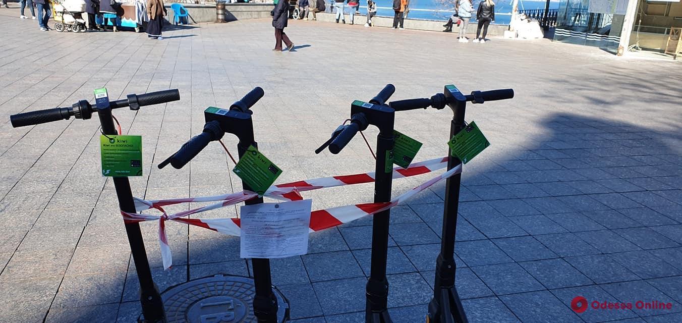 Мешал авто и пешеходам: пункт проката самокатов возле памятника Дюку решили убрать