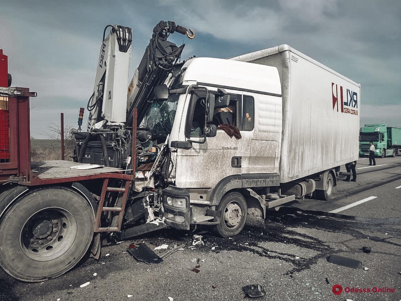 Под Одессой грузовик въехал в автомобиль ремонтной службы (фото)