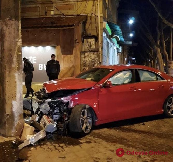 В центре Одессы автомобиль на скорости въехал в столб (фото)