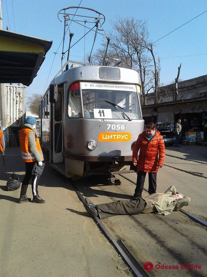 Не пустили в трамвай без маски: одессит устроил лежачий пикет на рельсах (фотофакт)