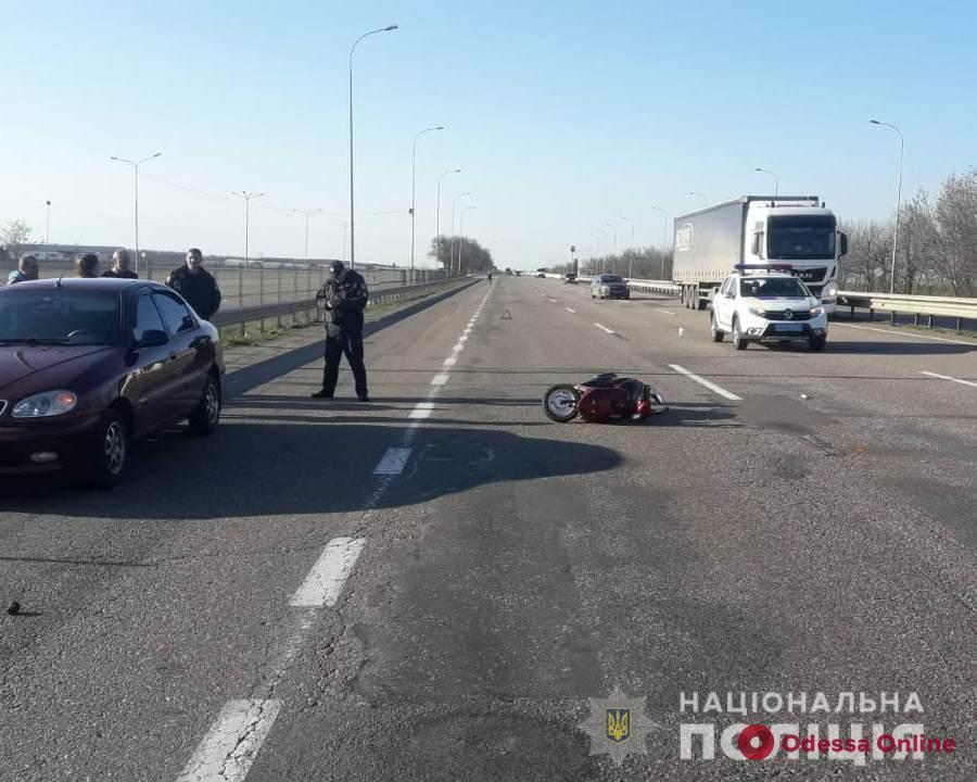 Пытался проехать между двумя грузовиками: под Одессой в ДТП пострадал мопедист