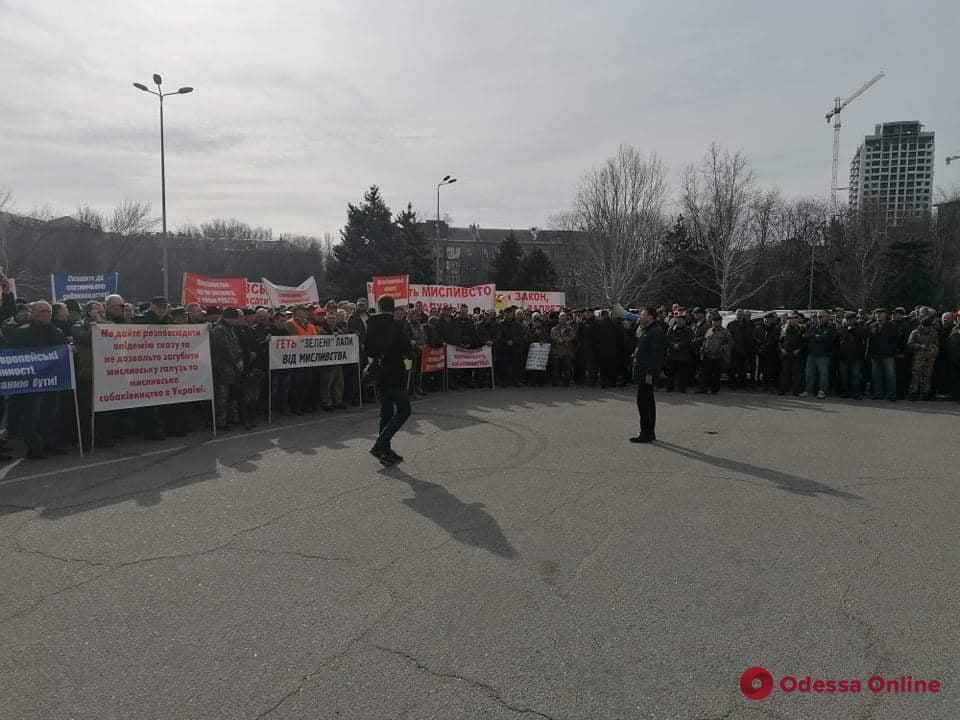 Под стенами Одесской ОГА митингуют охотники и противники земельной реформы (фото)