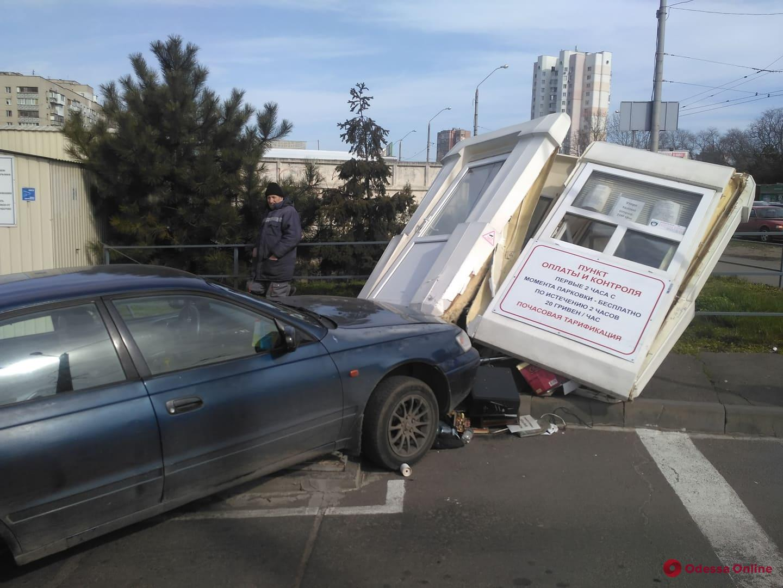 На Таирова Toyota протаранила будку диспетчера парковки (фото)