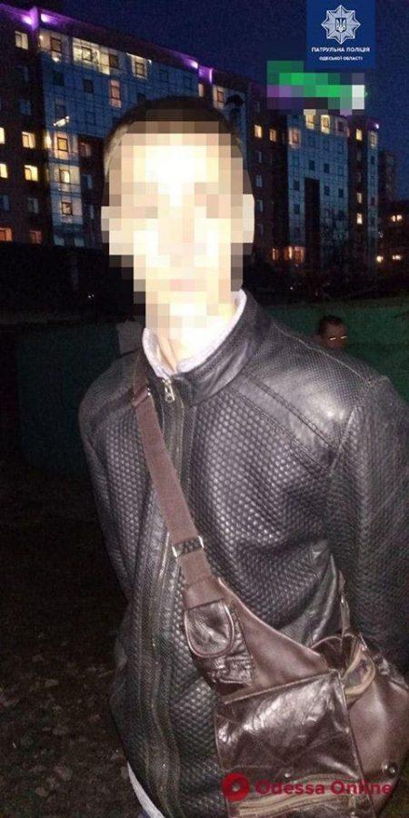 Одесские патрульные поймали закладчика «за работой»