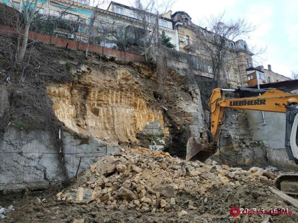 ГАСК признал незаконными демонтаж подпорной стены и срез склона на Военном спуске (видео)
