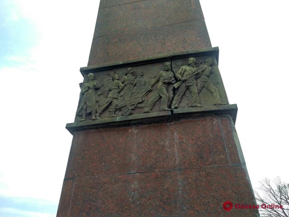 На памятнике Неизвестному матросу треснул барельеф